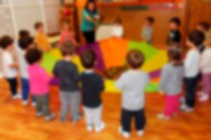 341745-guarderia-infantil-globos-ninos-realizando-actividad-ludica-en-salon